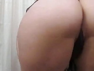 Babe shakes her booty for your pleasure